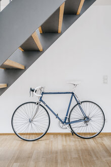 Bicycle at wall - KNSF00465