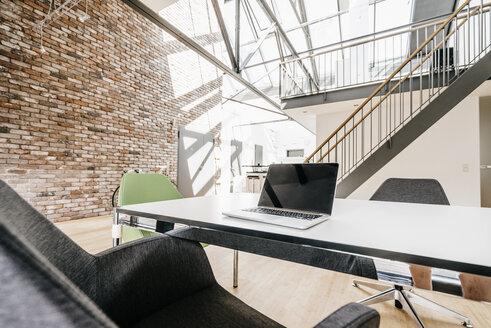 Laptop on table in office - KNSF00513
