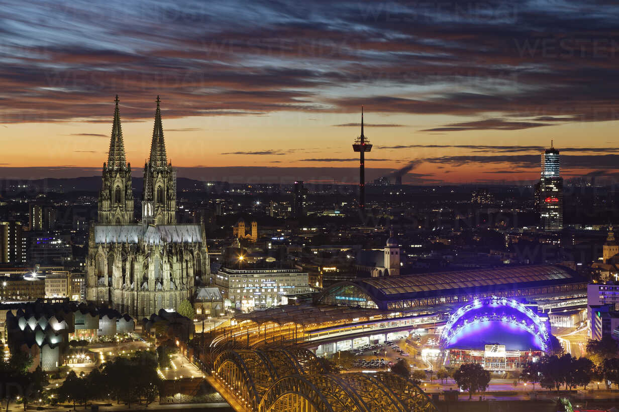 Germany, Cologne, view to the lighted city from above at evening twilight - GFF00872 - Günter Flegar/Westend61
