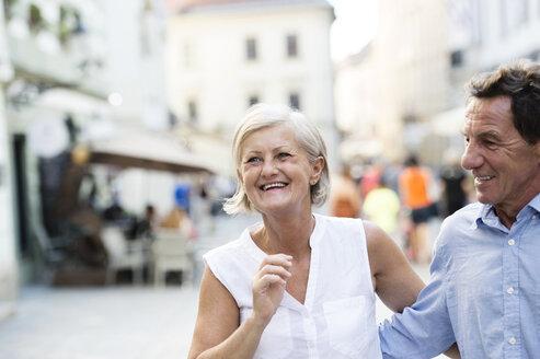 Happy senior couple on city trip - HAPF01133