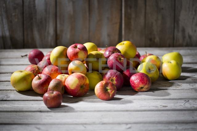 Apples on wood - MAEF12049 - Roman Märzinger/Westend61
