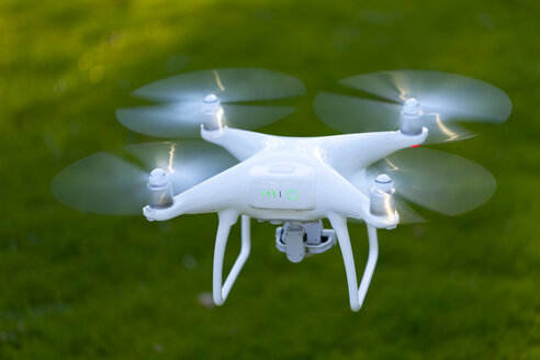 Flying drone with camera - MMAF00009