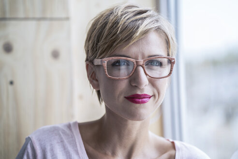 Portrait of businesswoman wearing glasses - RIBF00658