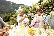 Group of seniors celebrating, drinking champagne - MFRF00788
