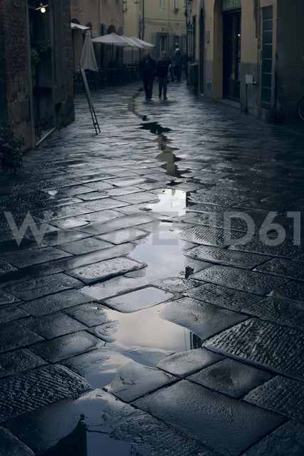 Italy, Tuscany, Lucca, alley with puddles - FC01131