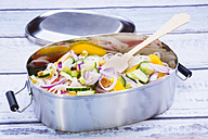 Lunchbox of glass noodle salad with vegetables on wood - LVF05614