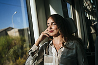 Woman sleeping on a train - KIJF00870