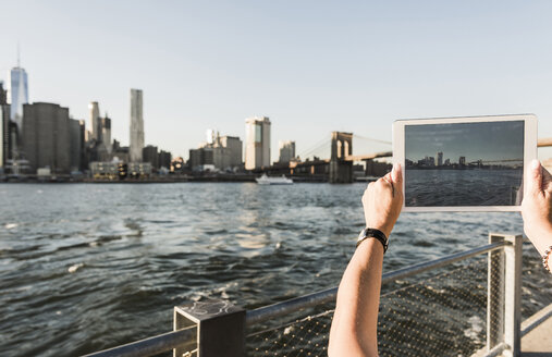 USA, Brooklyn, woman taking picture of Manhattan skyline with tablet, close-up - UUF09303