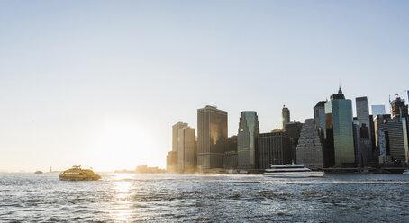 USA, Brooklyn, view to Manhattan at twilight - UUF09318