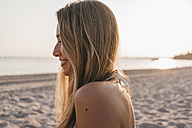 Smiling young woman on the beach - KNSF00693