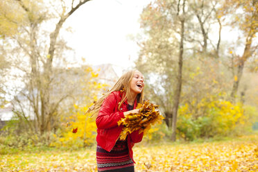 Laughing girl with autumn leaves - MAEF12060