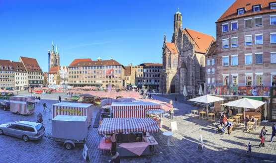 Germany, Nuremberg, view to main market with market stalls - VT00561