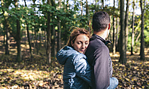 Couple in the autumnal forest - DAPF00481