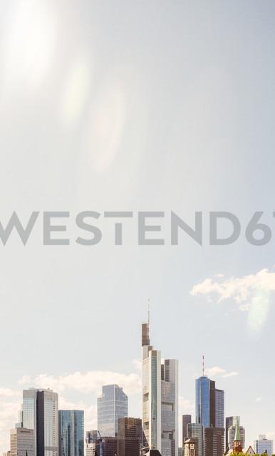 Germany, Frankfurt, view to skyline at sunlight - KRPF02030 - Kristian Peetz/Westend61