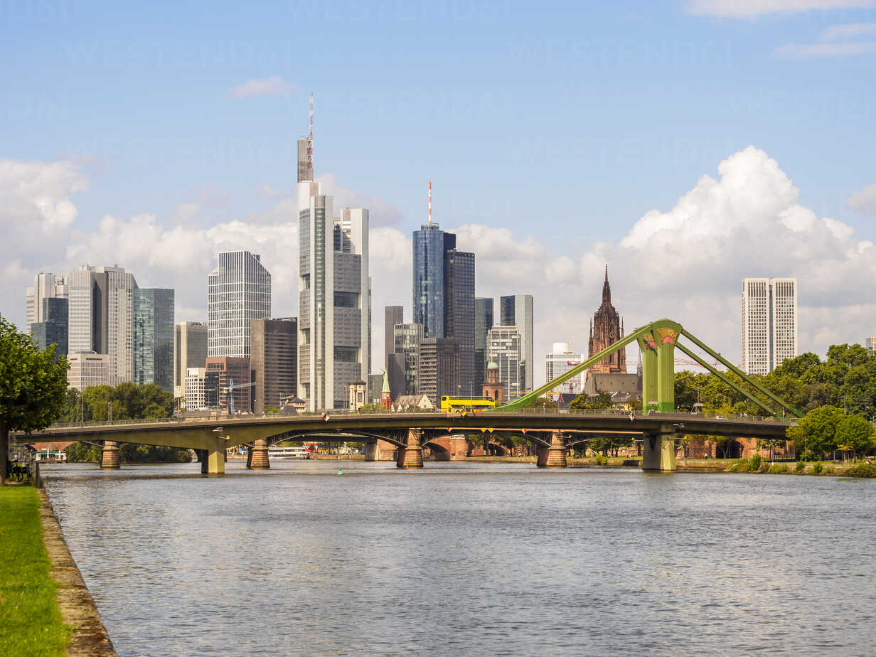 Germany, Frankfurt, view to skyline with Floesserbruecke and Main River in the foreground - KRPF02042 - Kristian Peetz/Westend61