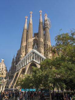 Spain, Barcelona, Tourists at Sagrada Familia Church - EJW00810