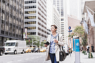 USA, New York City, businesswoman in Manhattan on the go - UUF09408