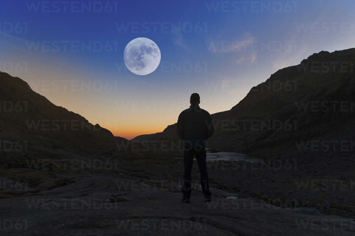 Spain, Sierra de Gredos, silhouette of man looking at the full moon - ERLF00199 - Enrique Ramos/Westend61