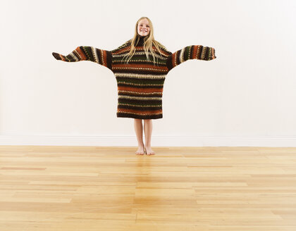 Girl wearing oversized knit pullover - FSF00642