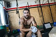 Man resting in gym - KIJF00972