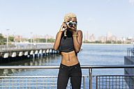 Young woman at the waterfront taking pictures - GIOF01676