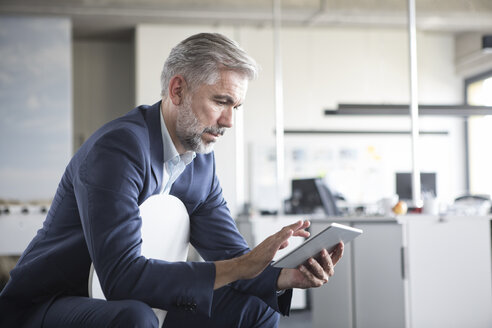 Businessman using tablet in office - RBF05314