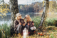 Hansel and Gretel, Boy and girl sitting in forest, eating gingerbread - MJF02094