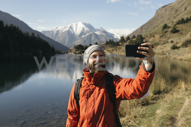 France, Pyrenees, Pic Carlit, hiker taking a selfie at mountain lake - KKAF00162 - Kike Arnaiz/Westend61