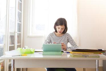 Girl doing homework - LVF05663