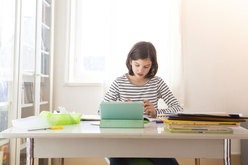 Girl doing homework - LVF05663