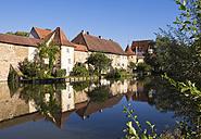 Germany, Bavaria, Franconia, Weissenburg, city wall at Seeweiher - SIEF07204