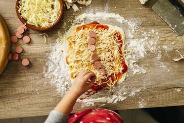 Little boy preparing pizza at home - JRFF01086