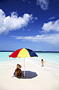 Maldives, Kaafu Atoll, mother and daugther on sandbank - DSGF01251