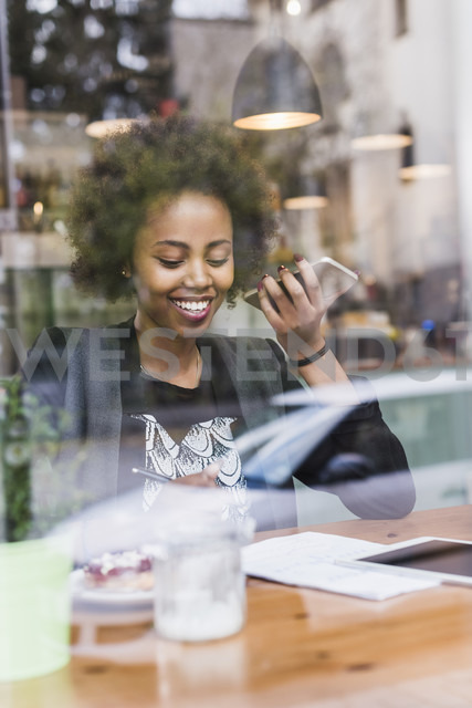 Young woman using cell phone in a cafe - UUF09483 - Uwe Umstätter/Westend61