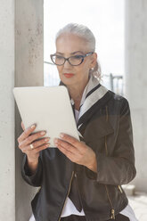 Portrait of fashionable mature woman using tablet - JUNF00730