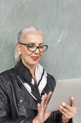 Portrait of fashionable mature woman using tablet - JUNF00733