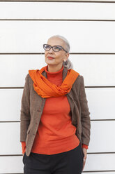 Portrait of fashionable mature woman in front of white wall - JUNF00745