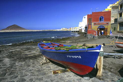 Spain, Tenerife, El Medano beach with Montana Roja in the distance - DSG01300