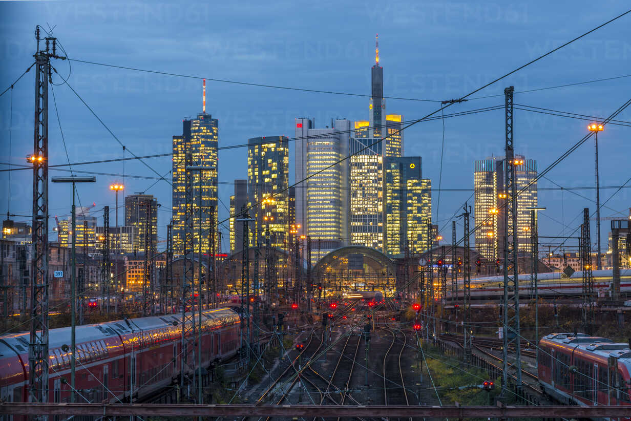 Germany, Frankfurt, view of central station with financial district in background - KEB00435 - Kerstin Bittner/Westend61