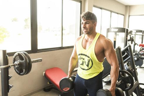 Muscular man training in gym - JASF01364