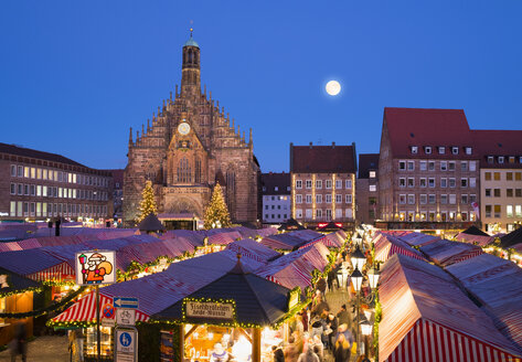 Germany, Nuremberg, view to Church of Our Lady and Christkindlmarkt - SIE07228