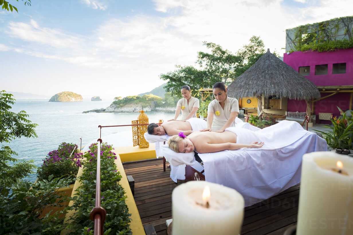 Luxury vacation with massage on ocean front terrace - ABAF02101 - André Babiak/Westend61