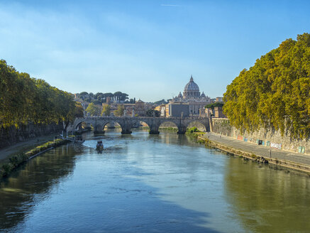 Italy, Rome, view to St. Peter's Basilica and Ponte Sant'Angelo - LOMF00461