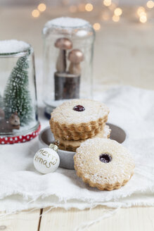 Cookies with cranberry jam filling - SBDF03097