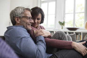 Smiling mature couple at home on the sofa - RBF05392