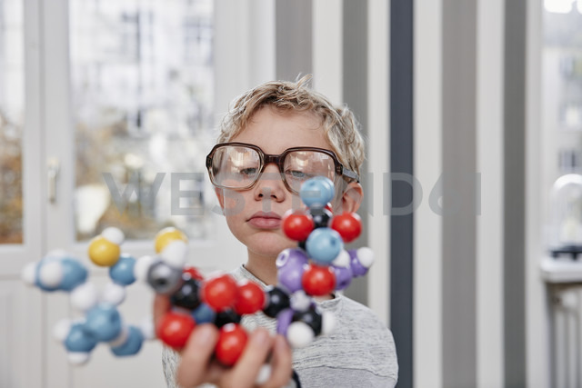 Boy wearing oversized glasses looking at molecular model - RHF01772 - Rainer Holz/Westend61