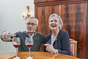 Happy senior couple drinking red wine - RHF01796