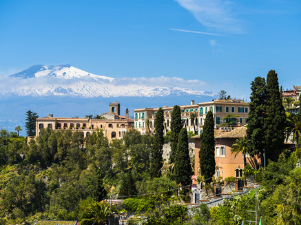 Italy, Sicily, Taormina, view to hotel with Mount Etna in the background - AMF05169