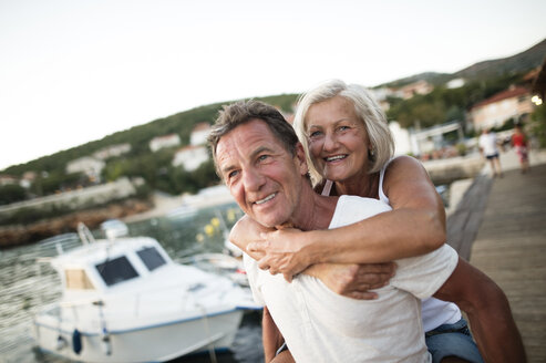 Portrait of happy senior couple on vacation - HAPF01280
