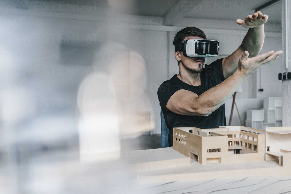 Man with architectural model and VR glasses - KNSF00833 - Kniel Synnatzschke/Westend61